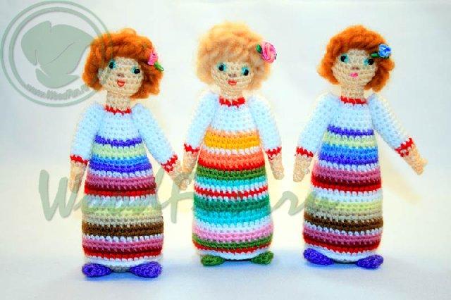 Вязаные куклы в ярких платьях на Русско-народный манер.